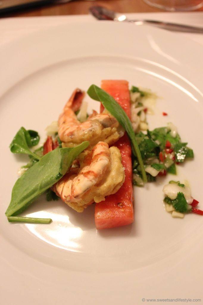 Gegrillte Garnelen mit Vanille gefüllt auf Wassermelonen-Limetten-Spinat-Salat und Jungzwiebel-Salsa