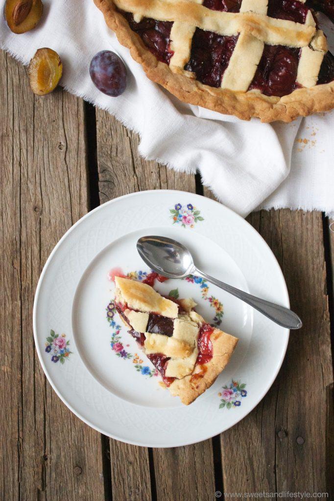 Gedeckter Zwetschgenkuchen., perfekt für die herbstliche Kaffeejause von Sweets and Lifestyle