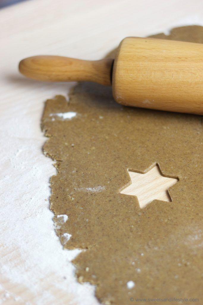 Selbst gemachter Lebkuchen mit Eiweißspritzglasur als Christbaumbehang von Sweets and Lifestyle