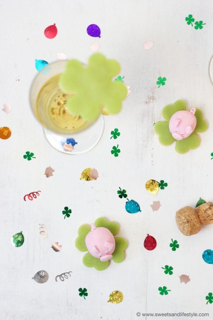 Marzipanschwein und Mürbteigkeks-Kleeblatt mit Marzipan verziert als selbst gemachte Glücksbringer zu Silvester von Sweets & Lifestyle®
