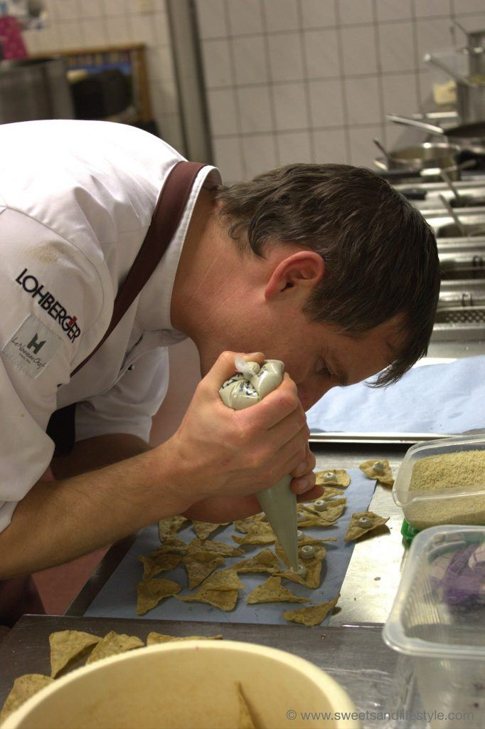Josef Steffner vom Mesnerhaus beim Anrichten einer Speise beim Gourmetabend am Katschberg von Sweets and Lifestyle
