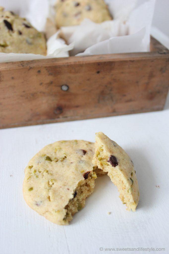 Schnell und einfach zubereitetet sind die Cookies mit dunkler Schokolade und Pistazien von Sweets and Lifestyle