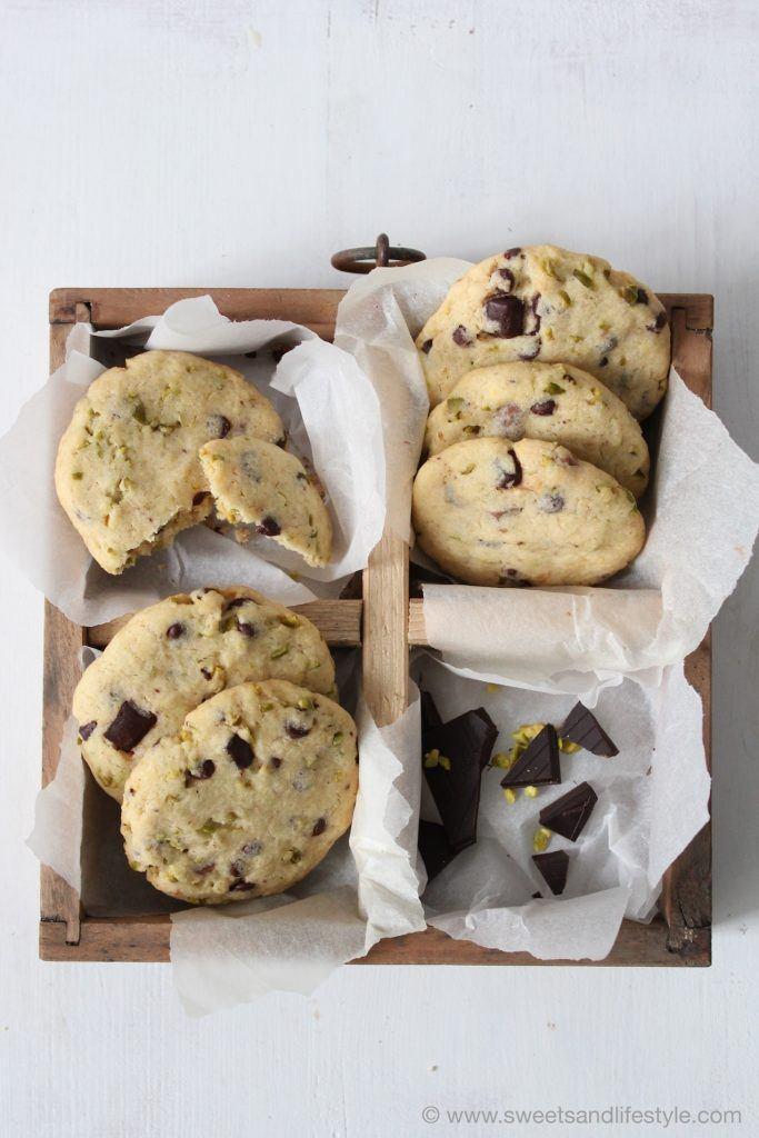 Die Cookies mit dunkler Schokolade und Pistazien sollte man immer vorrätig haben von Sweets and Lifestyle