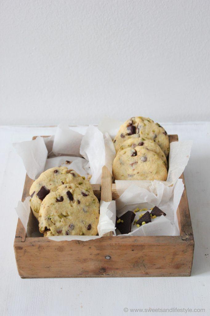 Perfekt zum Kaffee oder Tee sind die Cookies mit dunkler Schokolade und Pistazien von Sweets and Lifestyle