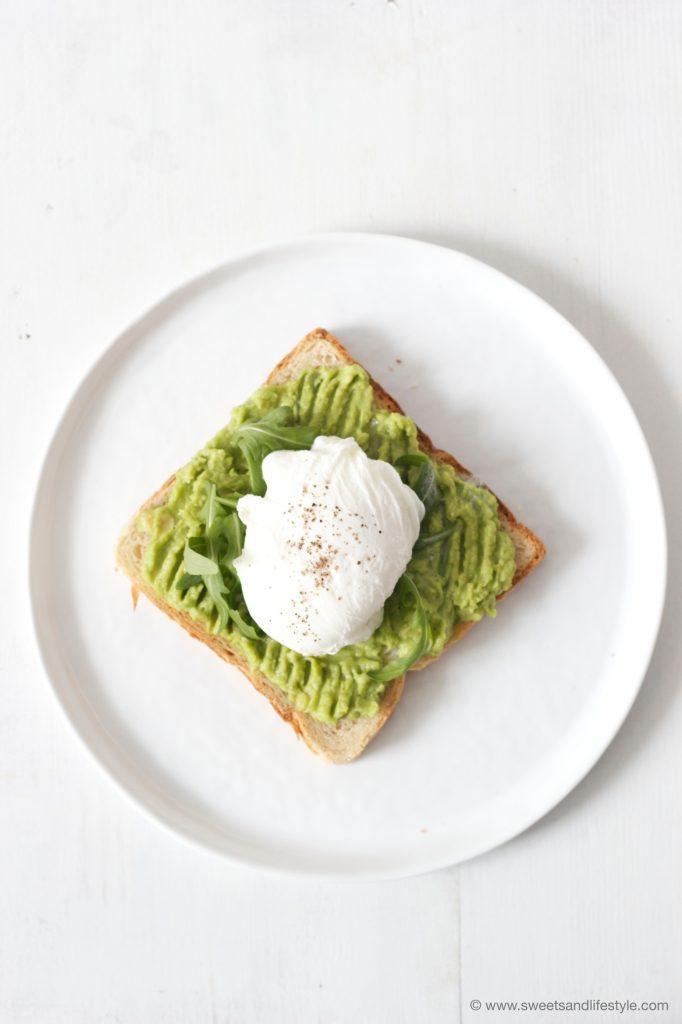 Getoastetes Toastbrot mit Avocado und pochiertem Ei