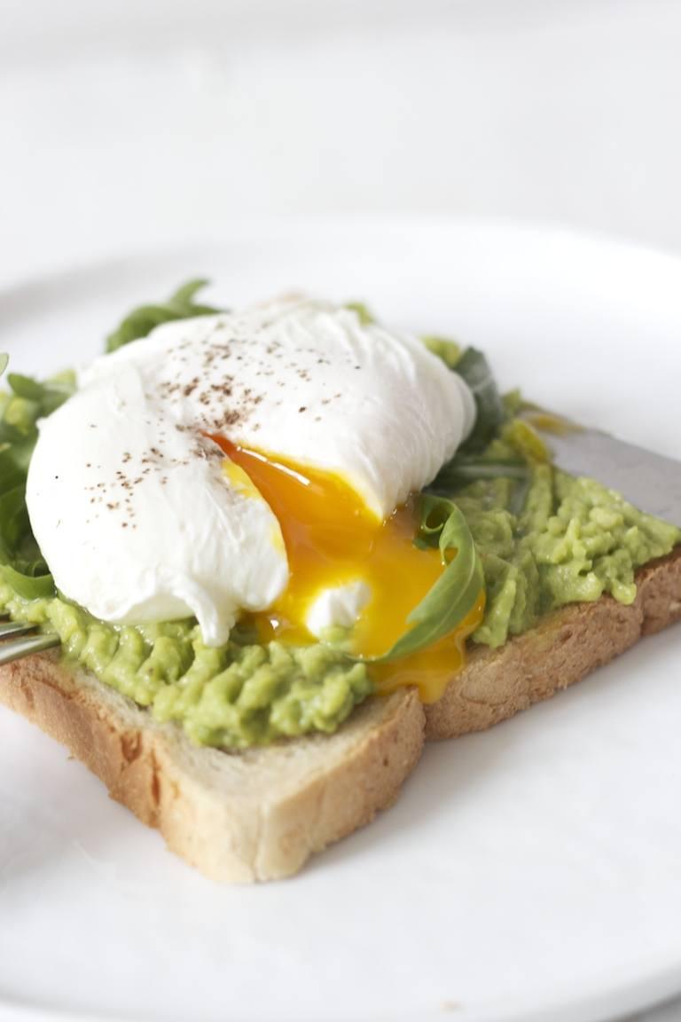 toast mit avocado und pochiertem ei sweets lifestyle. Black Bedroom Furniture Sets. Home Design Ideas