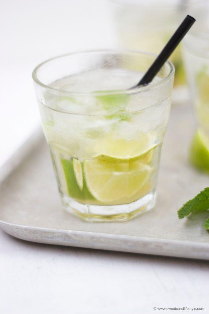 Ein Glas selbst gemixter Caipirinha für den Tagesausklang auf der Terrasse von Sweets and Lifestyle