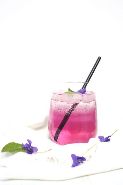 Veilchensirup im Veilchenspritzer von Sweets and Lifestyle