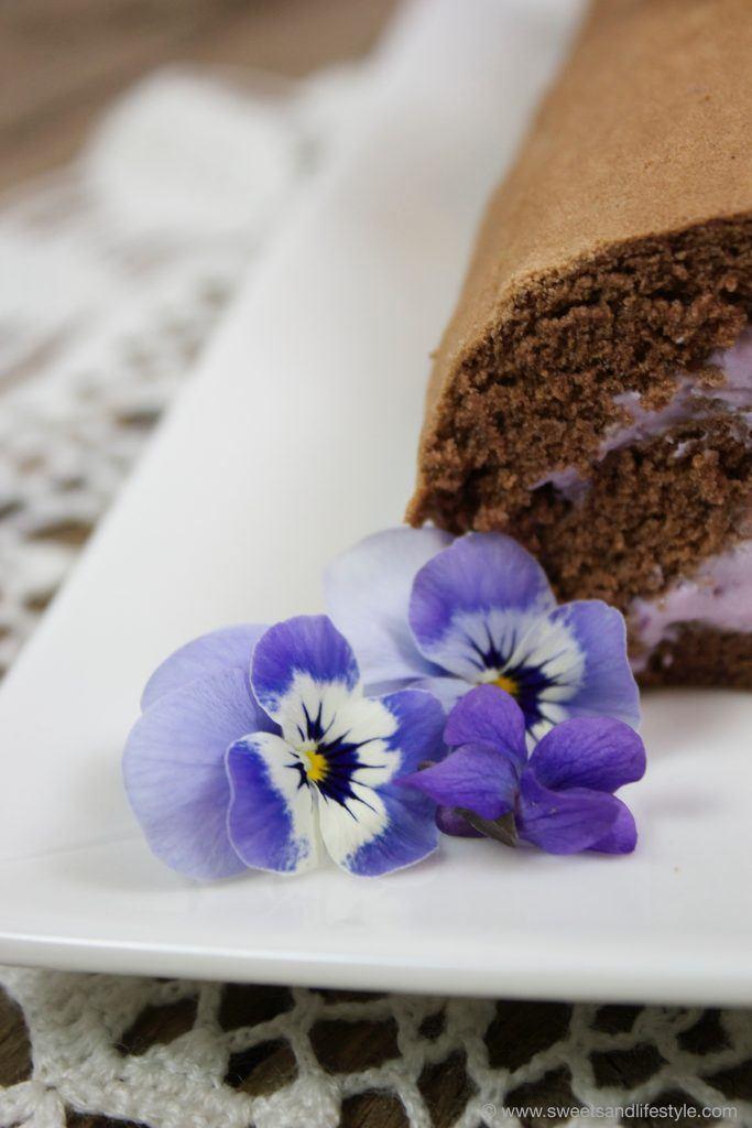 Köstliche Schokoroulade mit Heidelbeer-Veilchen-Creme von Sweets and Lifestyle