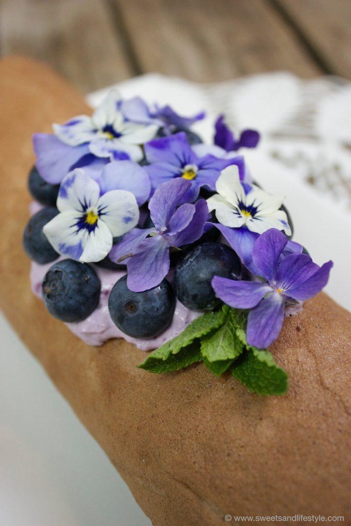 Schokoroulade mit Heidelbeer-Veilchen-Creme von Sweets and Lifestyle