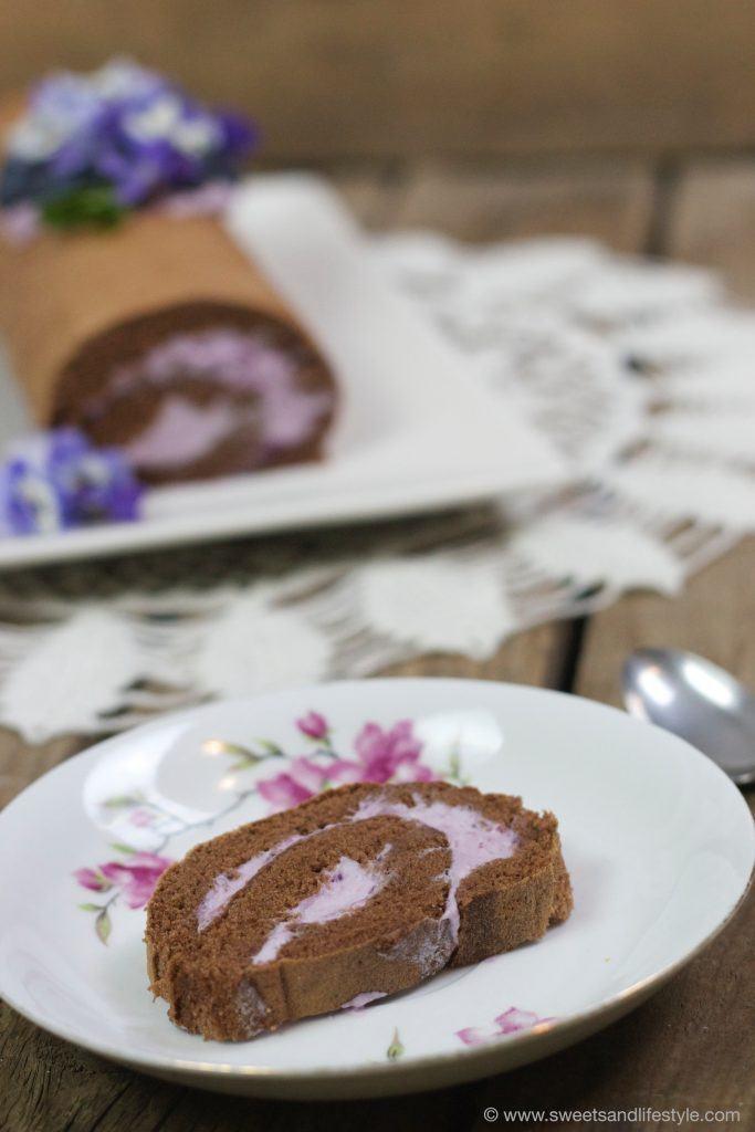 Dunkle Biskuitroulade mit Heidelbeer-Veilchen-Creme von Sweets and Lifestyle