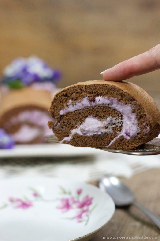 Schokobiskuitroulade mit Heidelbeer-Veilchen-Creme von Sweets and Lifestyle