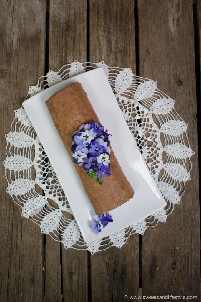 Schokobiskuitroulade mit frühlingshafter Heidelbeer-Veilchen-Creme von Sweets and Lifestyle