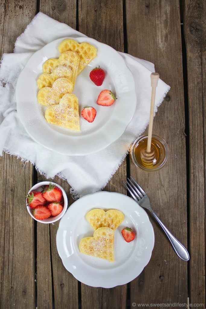 Waffeln mit heimischen Erdbeeren für das Muttertagsfrühstück von Sweets and Lifestyle
