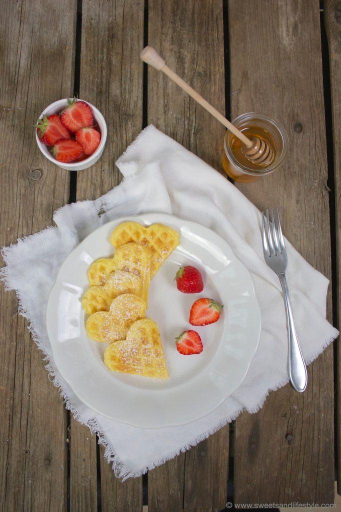 Selbst gemachte Waffeln mit Erdbeeren zum Muttertag von Sweets and Lifestyle