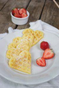Selbst gemachte Waffeln in Herzform mit Erdbeeren zum Frühstück am Muttertag von Sweets and Lifestyle