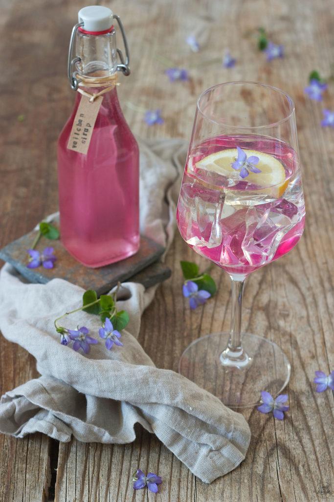 Veilchenspritzer gemacht mit selbst gemachtem Veilchensirup von Sweets & Lifestyle®
