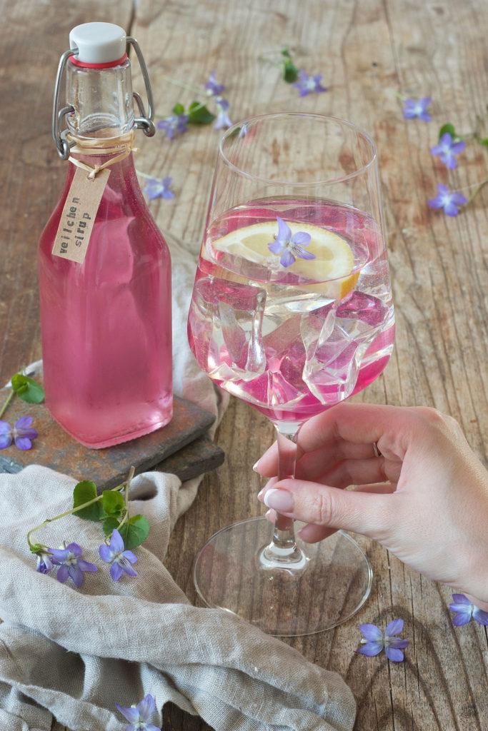 Veilchenspritzer mit selbst gemachtem Veilchensirup zubereitet von Sweets & Lifestyle®