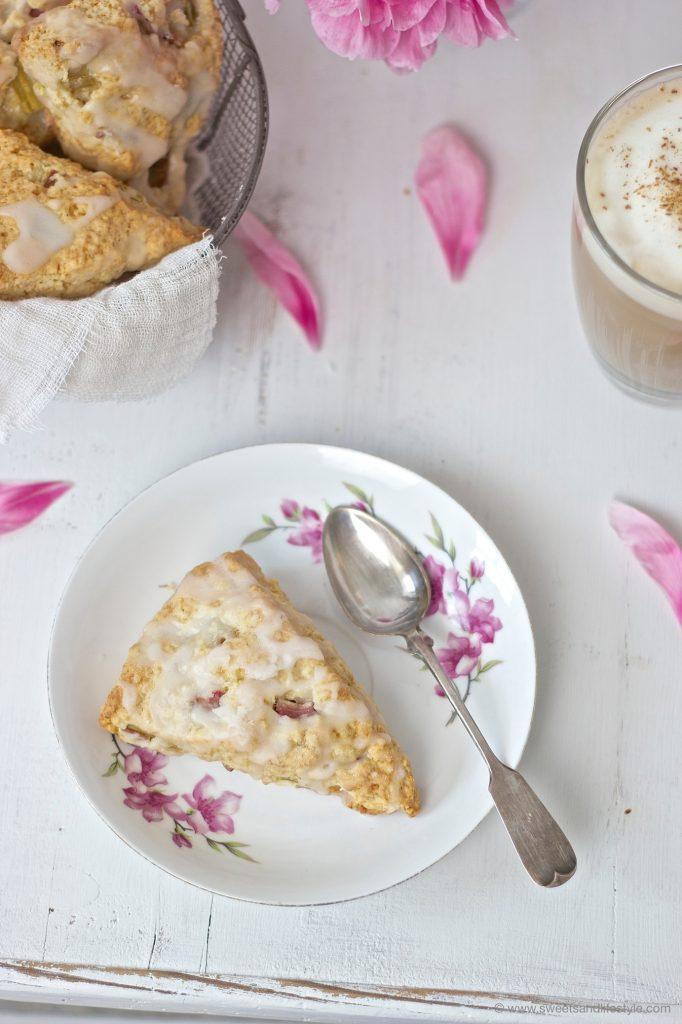 Rhabarber Scone mit Zuckerguss zum Kaffee von Sweets and Lifestyle