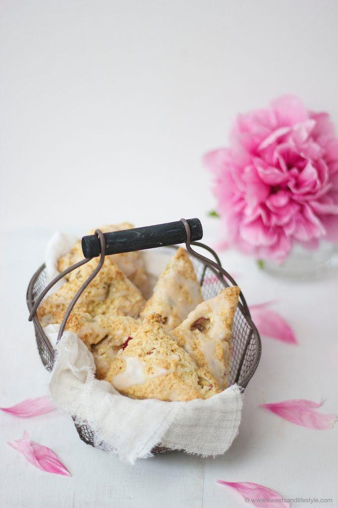 Rhabarber Scones nach einem einfachen Rezept von Sweets and Lifestyle
