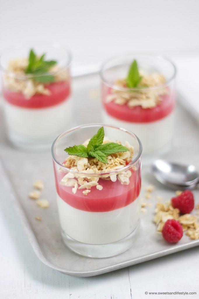 Schnell zubereitete Himbeer-Pfirsich-Creme mit Hafer-Krokant als Nachspeise von Sweets and Lifestyle