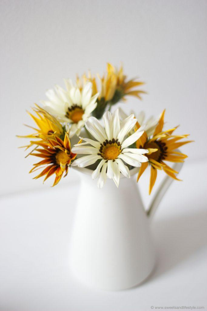 Blumen am Tisch zum Mallorquinischen Mandelkuchen von Sweets and Lifestyle