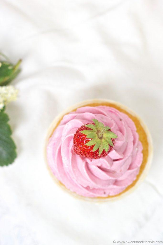 Erdbeercupcake mit einer frischen Erdbeere obendrauf von Sweets and Lifestyle