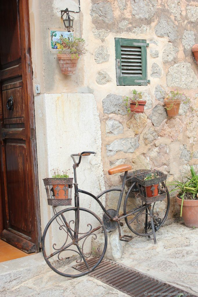 Fahrrad lehnt an der Hausmauer auf Mallorca