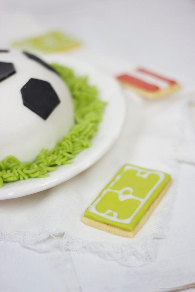 Fußballfeld am Keks zur Fußballtorte von Sweets and Lifestyle