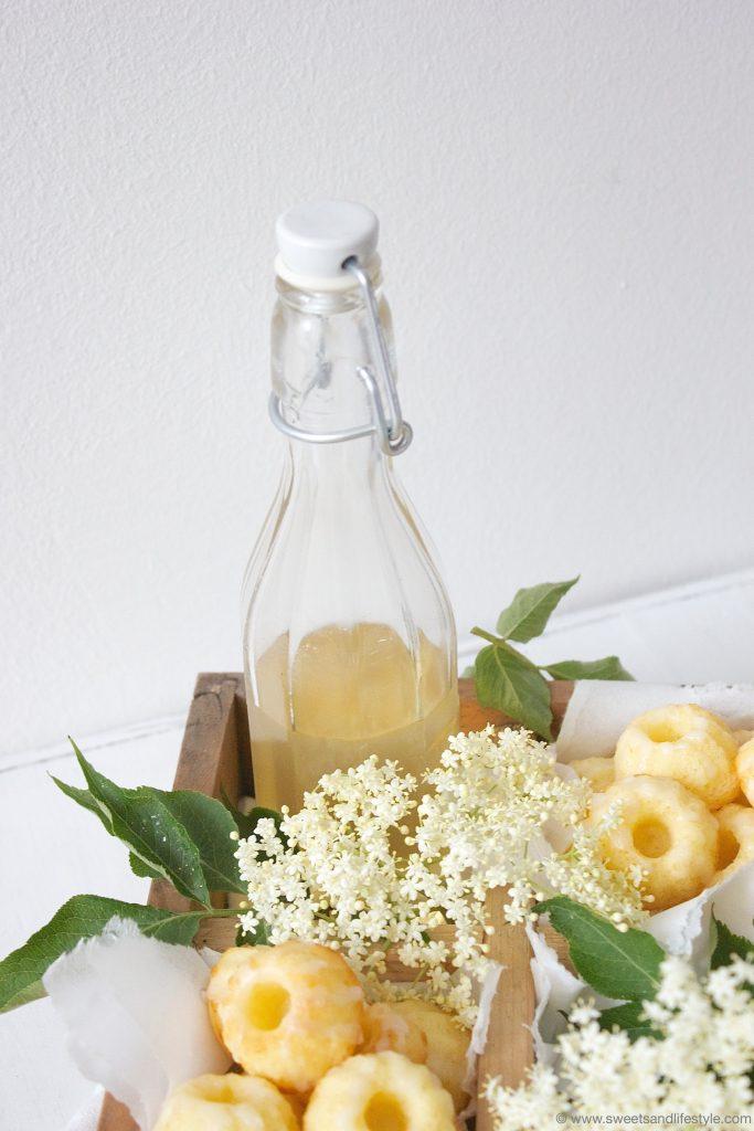 Holunderbluetensirup fuer Holunderblüten Minigugls mit Zuckerguss von Sweets and Lifestyle