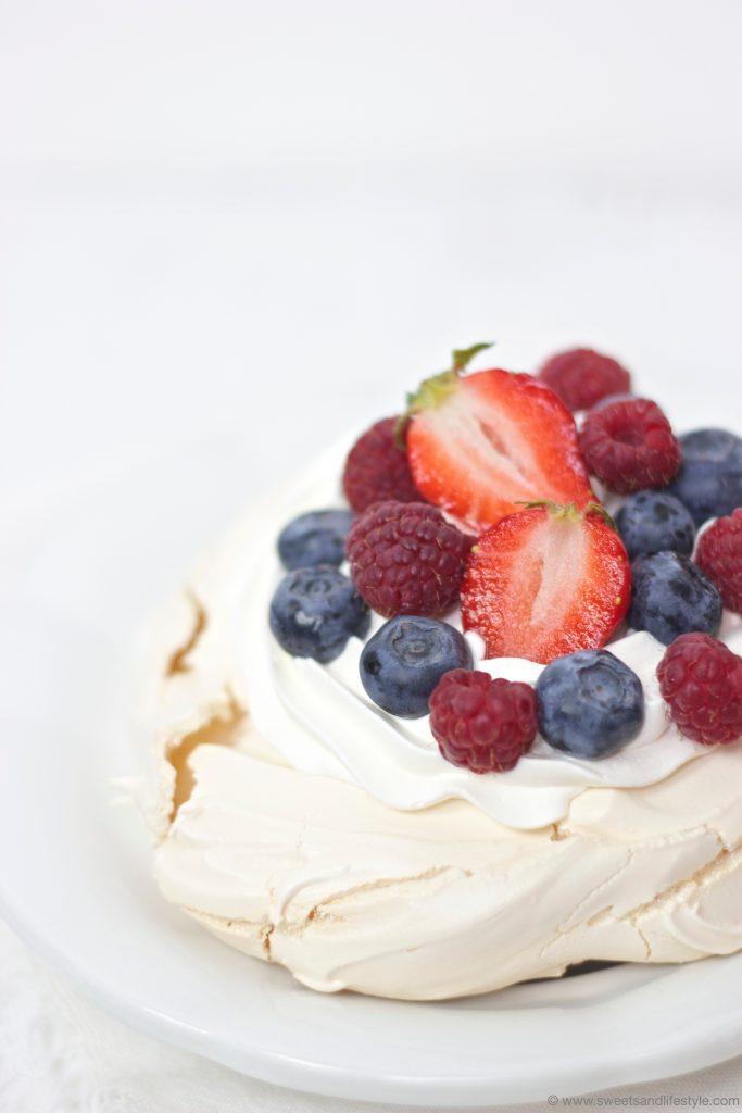 Pavlova Rezept mit frischen Erdbeeren, Himbeeren und Heidelbeeren von Sweets and Lifestyle
