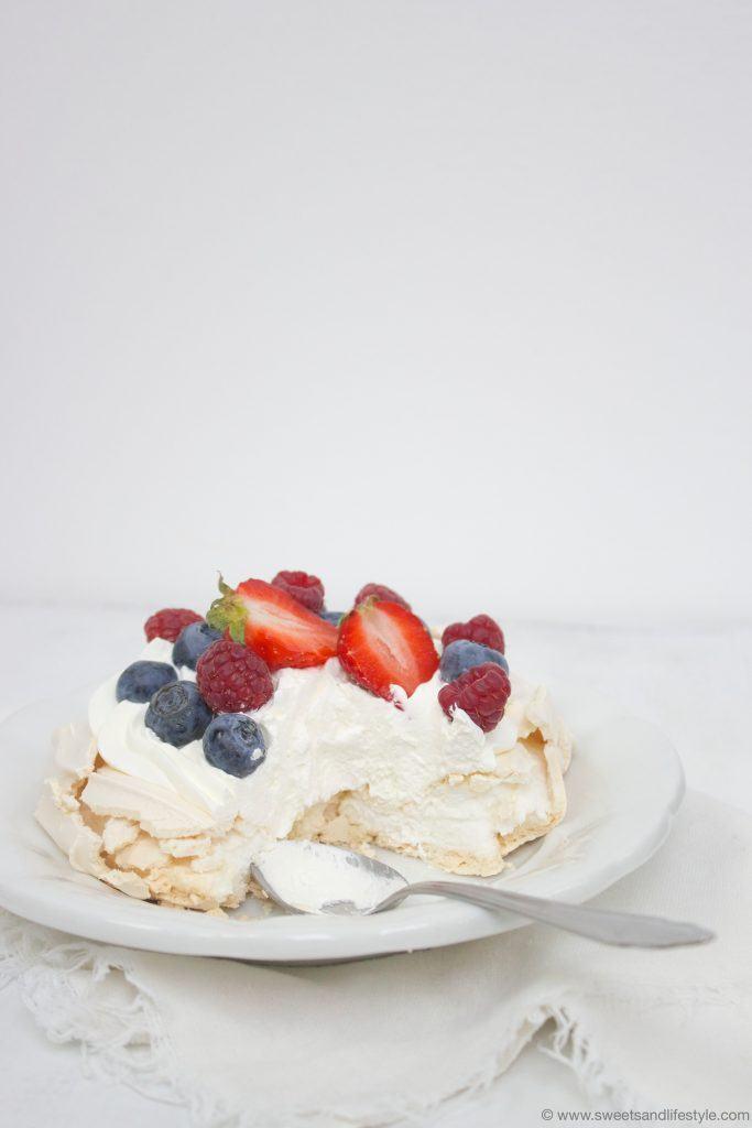 Pavlova mit Beeren nach einem Rezept von Sweets and Lifestyle