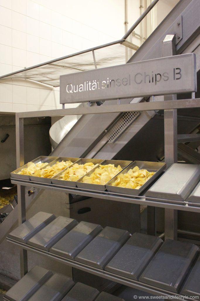 Qualitätskontrolle bei der Qualitätsinsel für Chips im Kelly Werk in Wien