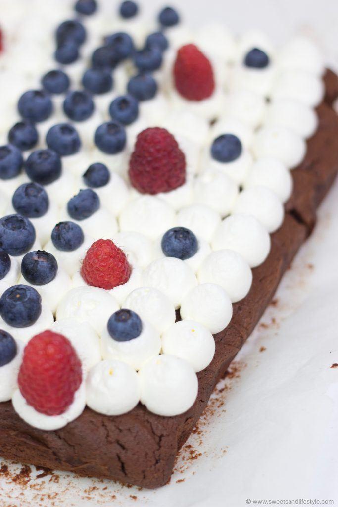 Schokobrownies mit Creme und Beeren nach einem Rezept von Sweets and Lifestyle