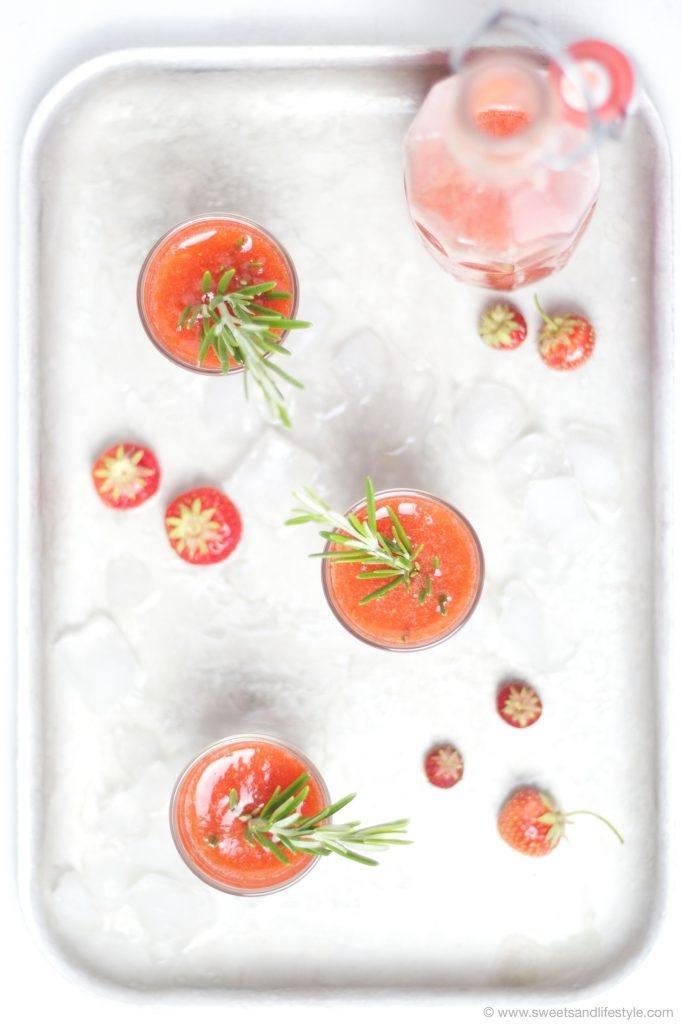 Süffige, eisgekühlte Erdbeerlimes nach einem Rezept von Sweets and Lifestyle
