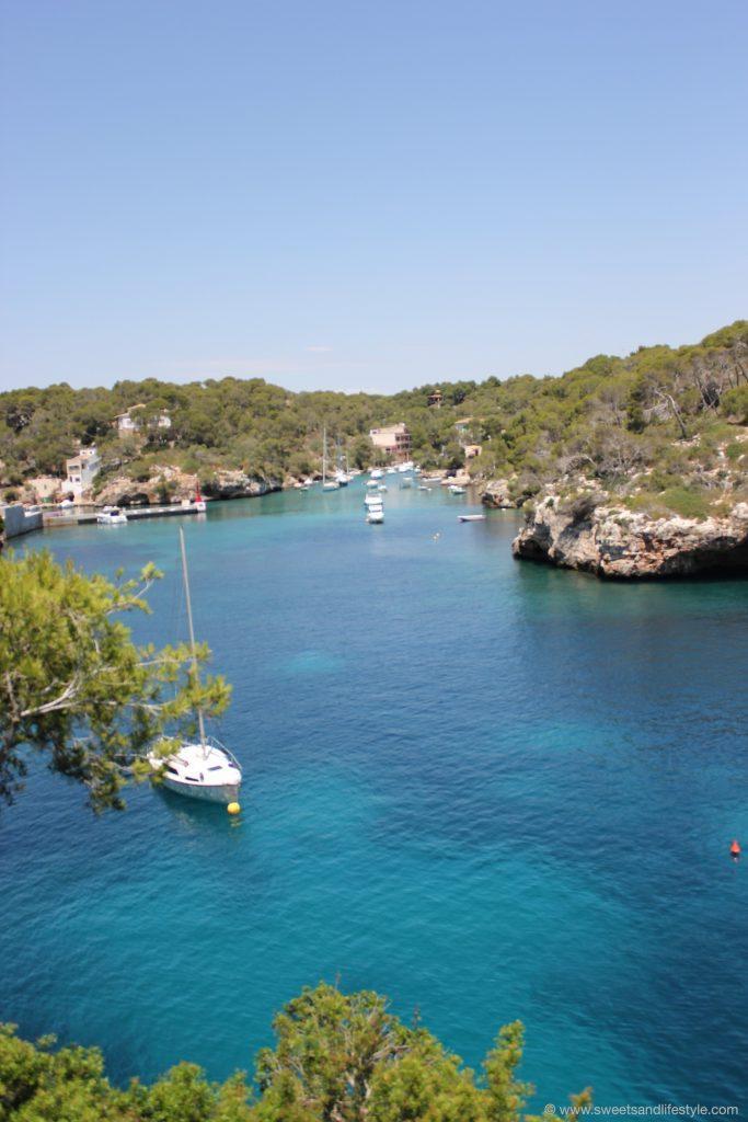 Türkisblaues Meer in einer Bucht auf Mallorca