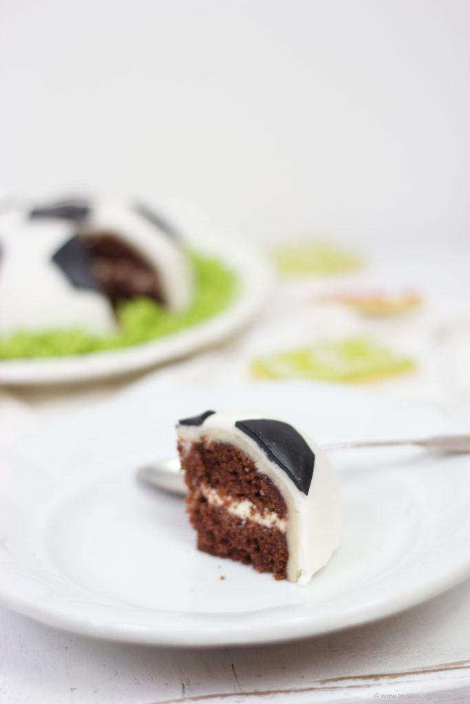 Saftige Schoko-Torte in Form eines Fußballs von Sweets and Lifestyle