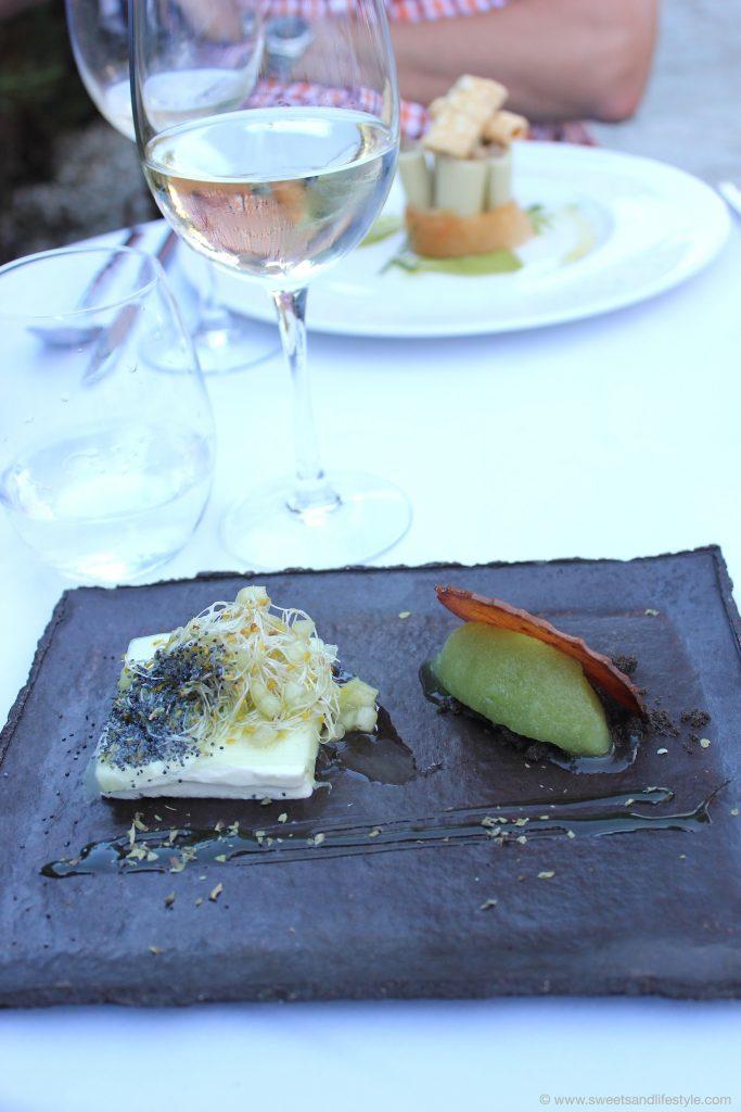 Vorspeise Gurkenkuchen, Joghurt und saurer Apfel im Restaurant Es Torrent auf Mallorca