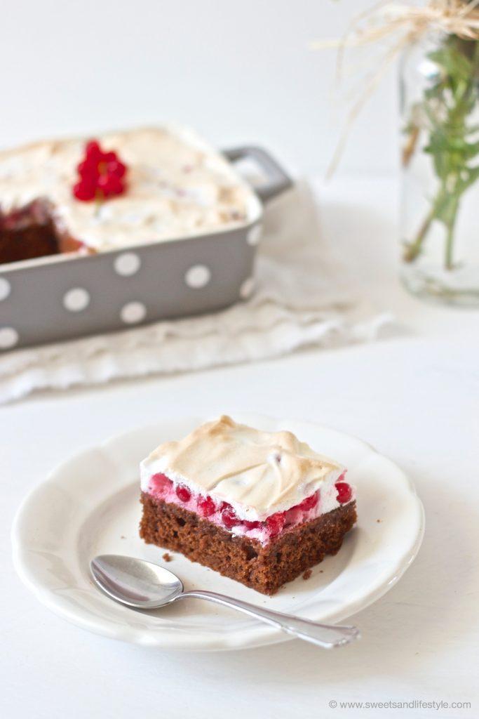 Ein Stück leckerer Schoko-Ribiselkuchen mit Schneehaube serviert von Sweets and Lifestyle