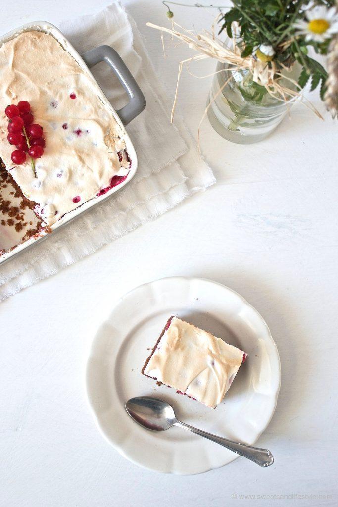 Ein Stueck vom koestlichen Schoko-Ribiselkuchen mit Schneehaube, welcher hervorragend schmeckt, von Sweets and Lifestyle