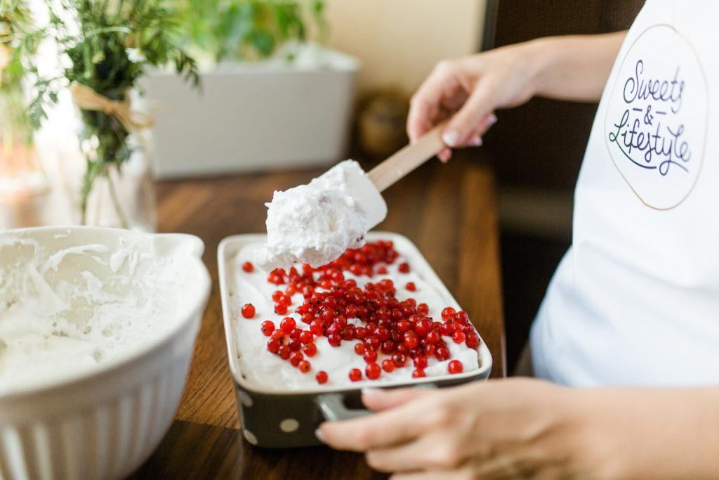 Super einfache Herstellung des Schoko Ribiselkuchens mit Schneehaube von Sweets and Lifestyle