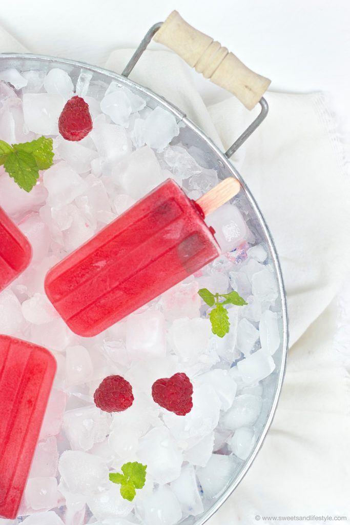 Leckeres Himbeer-Melissen-Eis am Stiel nach einem Rezept von Sweets and Lifestyle