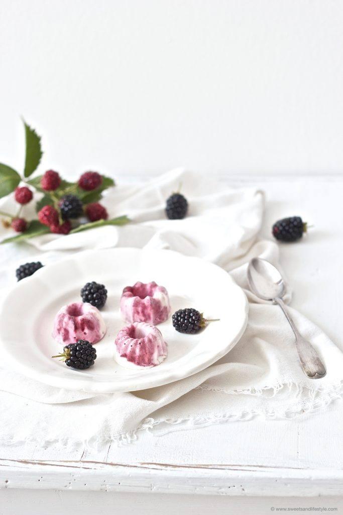 Joghurt Mini-Eisgugl mit Brombeeren von Sweets and Lifestyle sind schnell und ganze ohne Eismaschine herzustellen