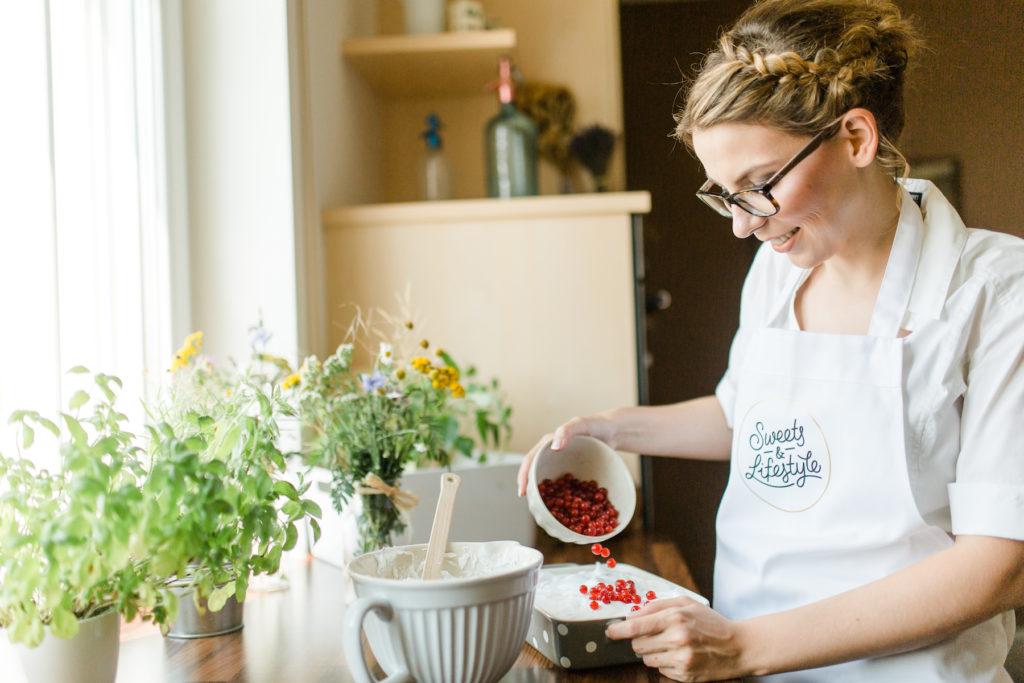 Frisch geerntete Ribisel fuer die Scheehaube des Schoko Ribiselkuchens von Sweets and Lifestyle