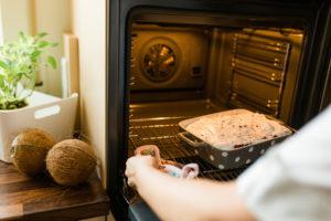 Saftiger Schoko Ribiselkuchen mit Schneehaube kommt in den Ofen von Sweets and Lifestyle
