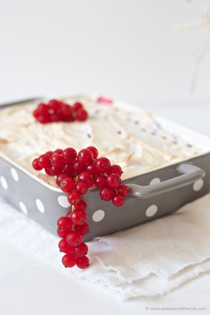 Saftiger Schoko-Ribiselkuchen mit Schneehaube von Sweets and Lifestyle
