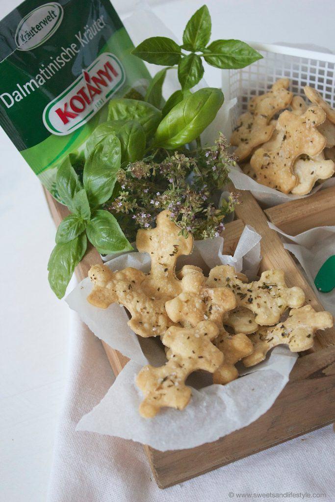 Leckere vegane Cracker mit dalmatinischen Kraeutern nach einem Rezept von Sweets and Lifestyle