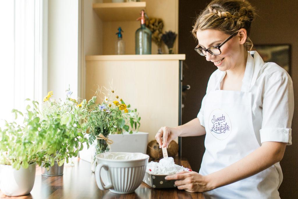 Verena von Sweets and Lifestyle baeckt einen leckeren Schoko Ribiselkuchen mit Schneehaube