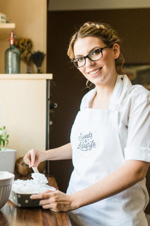 Verena von Sweets and Lifestyle bei der Zubereitung ihres Schoko Ribiselkuchens mit Schneehaube