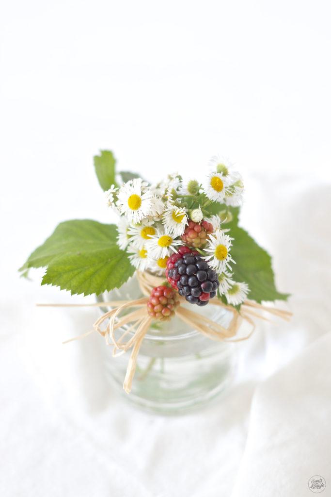 Brombeeren in einer Vase von Sweets and Lifestyle